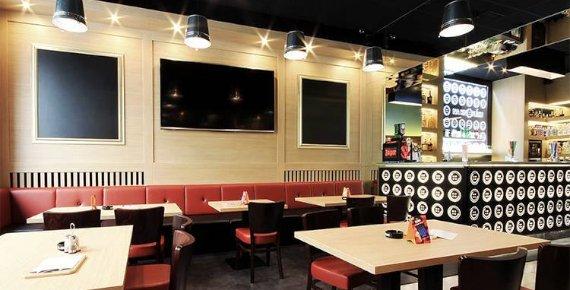 Šťavnatý hovězí hamburger s hranolkami v restauraci Na Knoflíku v Brně