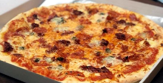 Křupavá pizza dle vašeho výběru z Pohádkové pizzerie v Brně s rozvozem zdarma